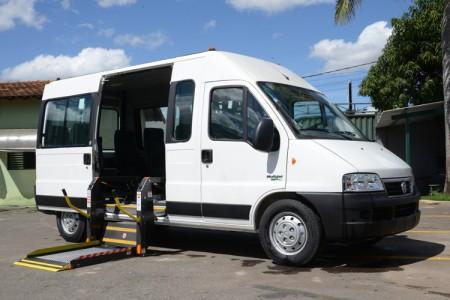 Van adaptada para o Projeto APAE Transporte mobilidade reduzida - vista lateral