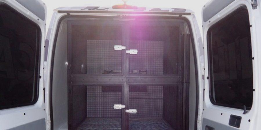 Transformacao de Van em viatura para Transporte de Cães -vista traseira